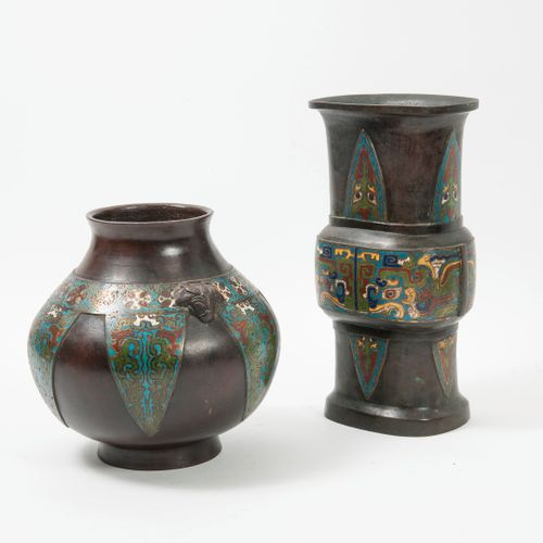 CHINE, vers 1900 Two bronze vases with brown patina and polychrome cloisonné ena…