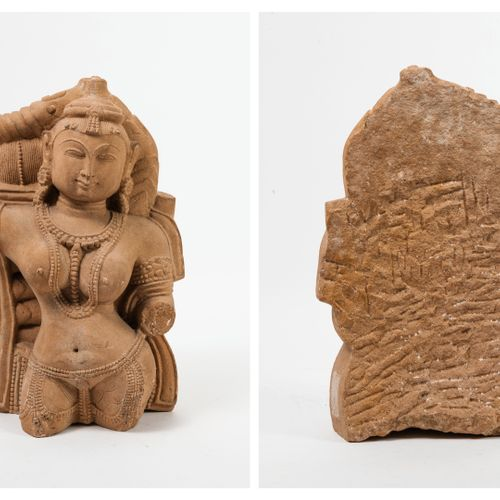 INDE Style médiéval Fragmentary sandstone stele depicting a celestial nymph stan…