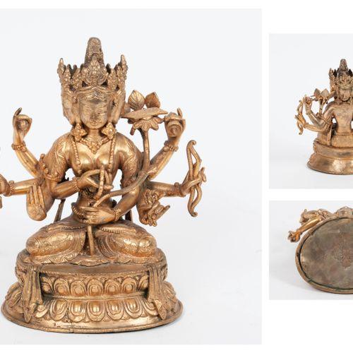 TIBET, XIXème XXème siècles Ushnishavijaya in gilt bronze sitting in padmasana o…