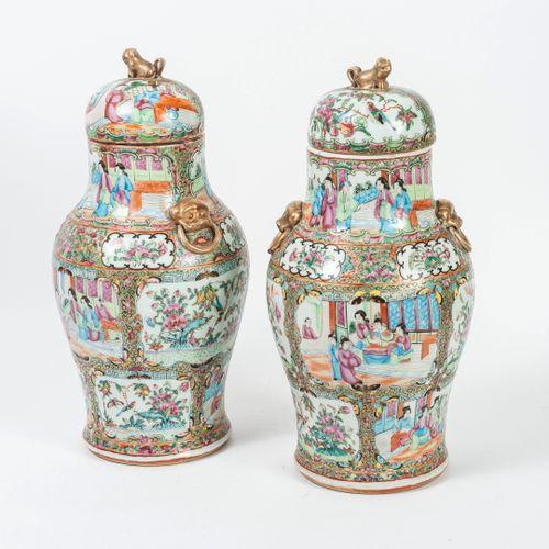 CHINE, Canton, fin du XIXème début du XXème siècle Two covered baluster vases, w…