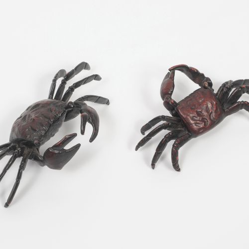 JAPON, vers 1900 1920 Two crabs in patinated bronze.  Length : 7 and 10 cm.  Pat…