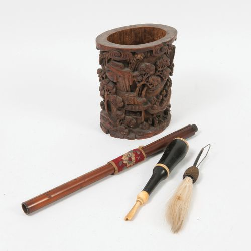 "ASIE, XIXème XXème siècles Brush pot ""Bitong"" in bamboo carved with scenes of ch…"