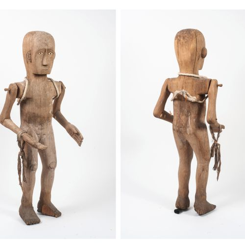 INDONÉSIE Carved and articulated wooden Toraja statue.  Almond shaped eyes.  H. …