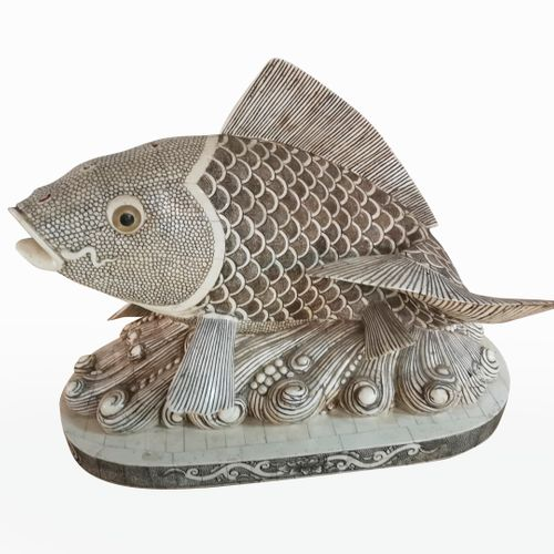 CHINE, XXème siècle Koi carp in engraved bone veneer on an elliptical base imita…