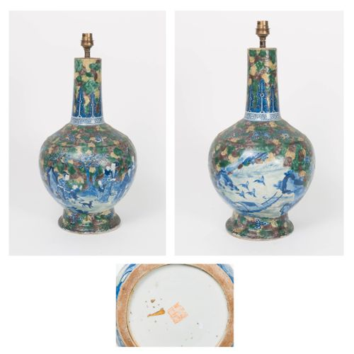 CHINE, XIXÈME SIÈCLE A white porcelain bottle vase on a moulded foot with a blue…