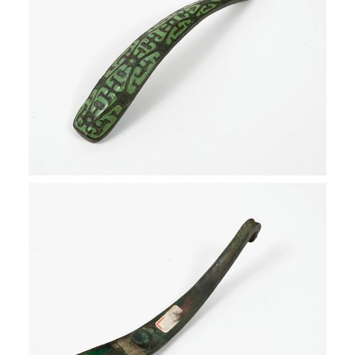 CHINE, dans le style des Han Bronze fibula decorated with green lacquered styliz…