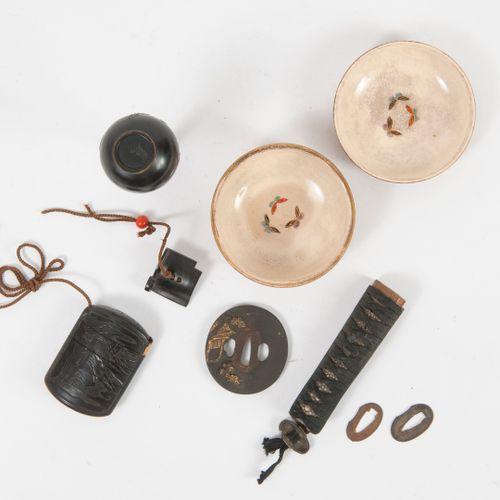 JAPON, fin du XIXème ou début du XXème siècle Small soliflore vase on heel with …