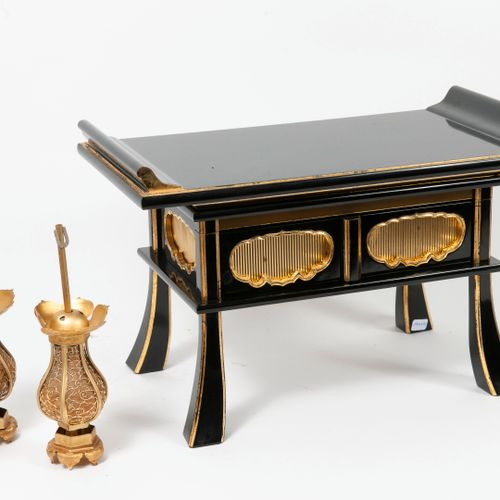 JAPON, XXème siècle Small Buddhist altar (kyozukue) in black and gold lacquered …