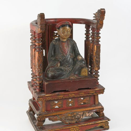 CHINE, début du XXème siècle Seated woman with headband in carved wood and lacqu…