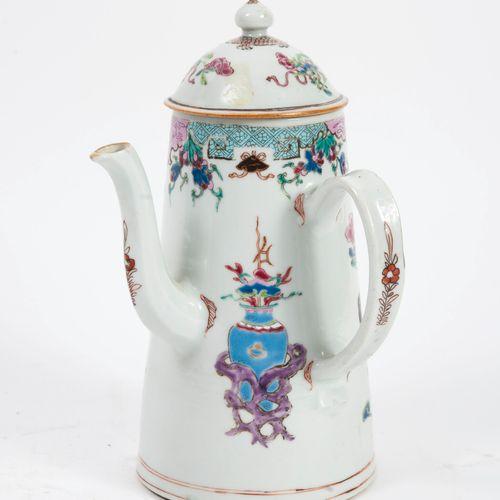 CHINE, Compagnie des Indes, époque QIANLONG (1736 1795) White porcelain truncate…