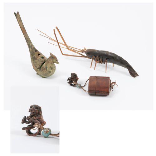 JAPON, début du XXème siècle Wooden inro.  Beige cord with multicolored beads ho…