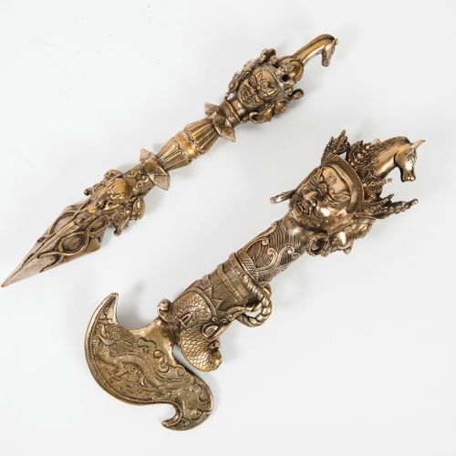 TIBET, XXème siècle Phurba or ritual dagger in desilvered brass.  Pommel with th…