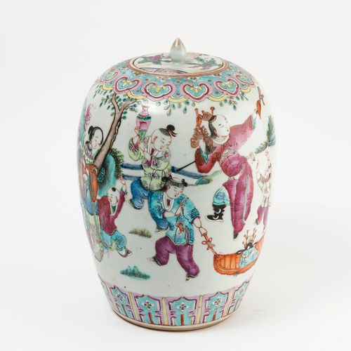 CHINE, fin du XIXème siècle White porcelain ovoid ginger pot with polychrome dec…