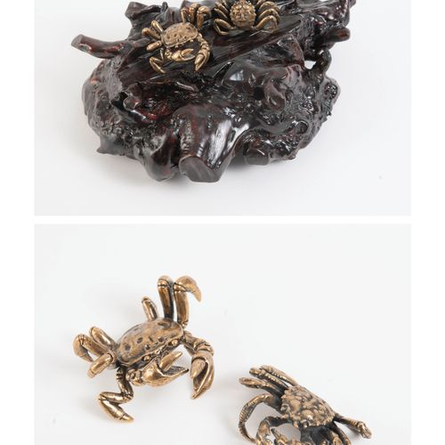 JAPON, XXème siècle Two crabs in gilt bronze.  Dim. Crabs: 6 x 5.5 cm.  With a b…