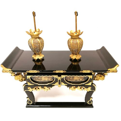 JAPON, XXème siècle Small Buddhist altar (kyozukue) in black lacquered wood and …