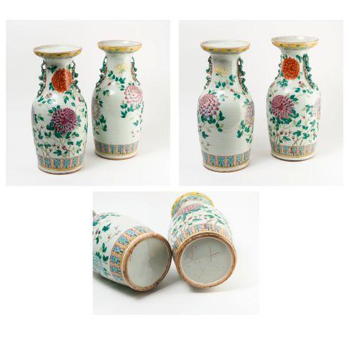 CHINE, fin du XIXème début du XXème siècles Pair of porcelain baluster vases wit…