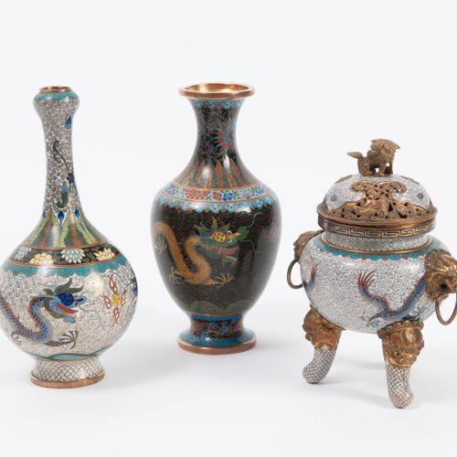 CHINE, début du XXème siècle Lot de trois pièces dont deux soliflores et un brûl…