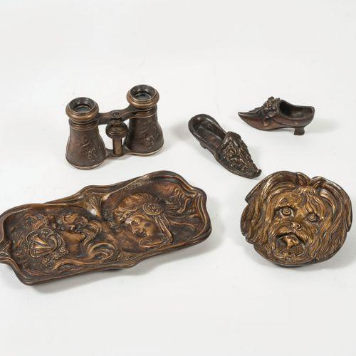 Lot d'objets en bronze ou métal patinés : Deux souliers à motif fleuri.  Long. :…