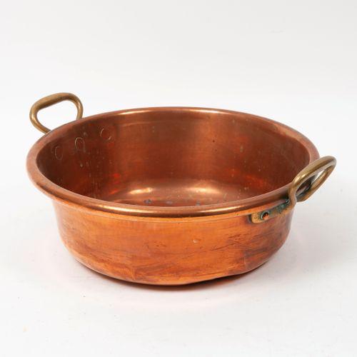 Bassine à confiture en cuivre.  H. : 12 cm. Diam. : 37 cm.  Chocs.