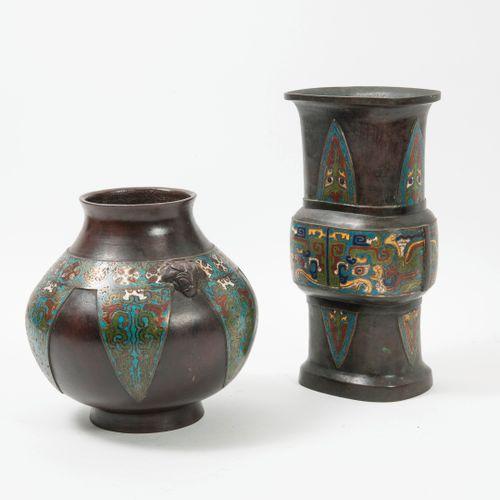 Chine, vers 1900 1920 Deux vases en bronze à patine brune et rehauts d'émaux clo…