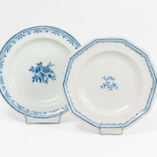 MOUSTIERS ou SUD Deux plats creux, circulaire ou décagonal, blancs centrés d'un …