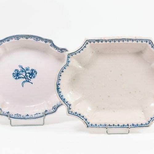 SUD, fin du XVIIIème siècle Deux plats oblongs, creux, blancs, l'un centré de de…