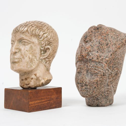 Deux têtes sculptées en pierre, dans le goût de l'antique.  Une montée sur un so…