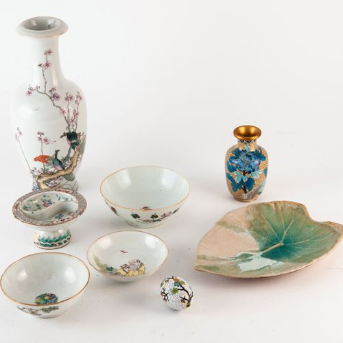 CHINE Lot comprenant :   Un vase balustre en porcelaine, fond percé.   Quatre co…