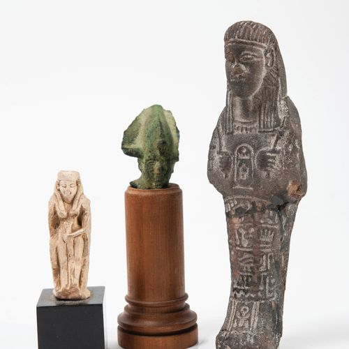 EGYPTE, Lot de trois sujets :   Petite divinité en pierre, soclée. (accidents et…