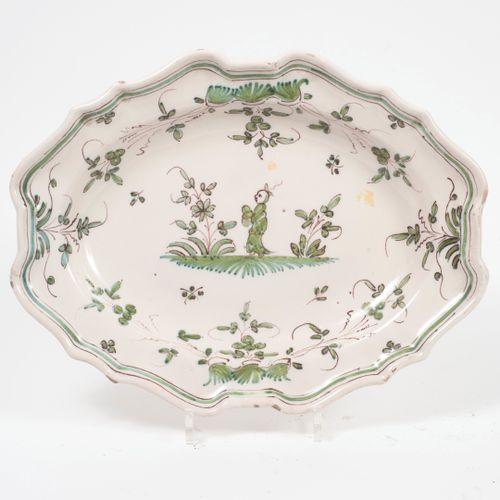 Dans le goût de Moustiers, XIXème siècle Plat ovale creux en faïence de couleurs…