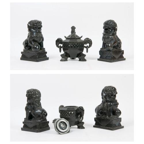 CHINE, XXème siècle Pot pourri octogonal tripode, couvercle surmonté d'un lion. …