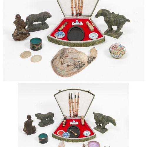 CHINE, fin du XIXème XXème siècles Bouddha assis en lotus en bois laqué doré.  H…
