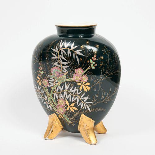 Fin du XIXème ou début du XXème siècle. Vase en forme de coeur à petit col droit…