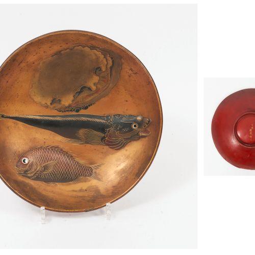 JAPON, Epoque MEIJI (1868 1912) Coupe circulaire sur talon en bois laqué rouge, …