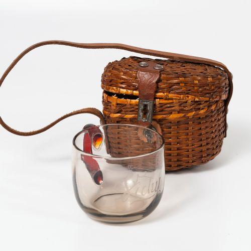 Petite tasse à puiser l'eau thermale en verre incolore, marquée Vichy, avec grad…