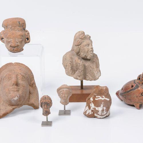 Lot d'objets de type archéologiques en pierre ou terre cuite : Deux têtes de sta…