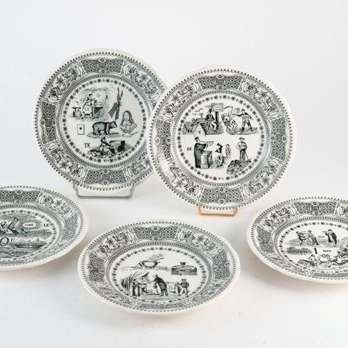 GIEN Cinq assiettes en faïence fine à décor imprimé de rébus.  Marquées au dos. …
