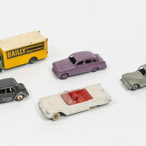 "DINKY TOYS, Made in France Lot comprenant :   Simca cargo, Déménageur ""Bailly"", …"