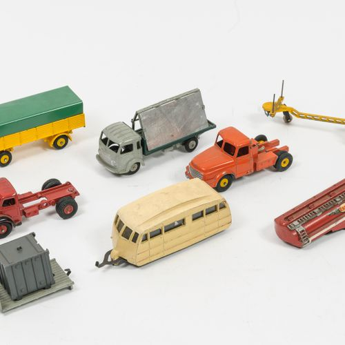 DINKY TOYS, Made in France Lot comprenant :   Plateau Berliet 34B avec container…