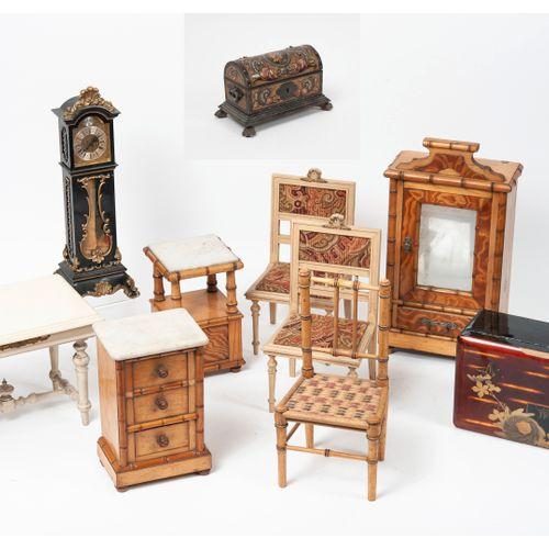 Mobilier miniature de poupée Lot comprenant :   Paire de chaises tapissées de ve…