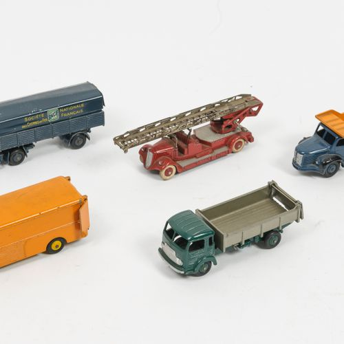 DINKY TOYS, Made in France Lot comprenant :   Tracteur Panhard et semi remorque …