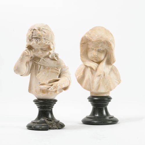 Ecole de la fin XIXème début du XXème siècle 蒙面女孩和擦干眼泪的女孩。  两座雪花石膏雕塑。  其圆形底座上有深绿…