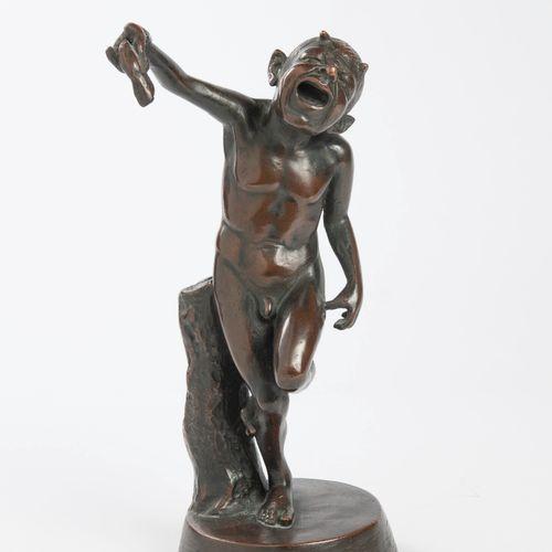 小萨提尔哭了,他的右手被一只龙虾捏住。  带有棕色铜锈的黄铜印刷品。  H.32厘米。  有一些划痕和颠簸,特别是在露台上。