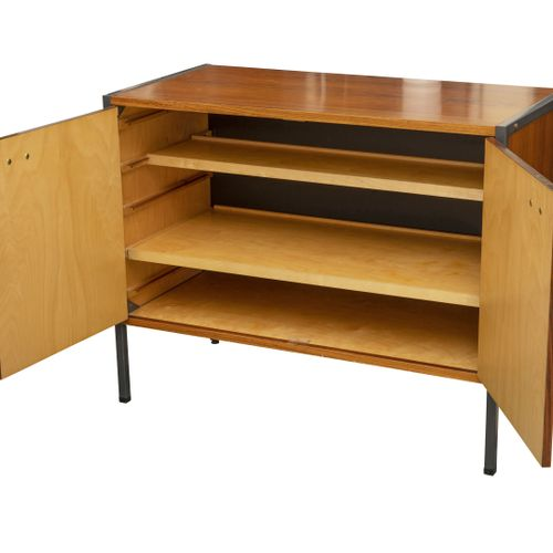 Erik HERLOW (1913 1991) Petit buffet.  En métal et bois exotique.  Ouvrant par d…
