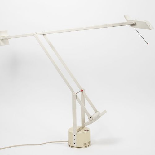 Richard SAPPER (1932 2015) 台灯模型Tizio。  采用金属和白色塑料。  铰接臂和可调节的头部由配重平衡,可直接调节光线发射。  A…