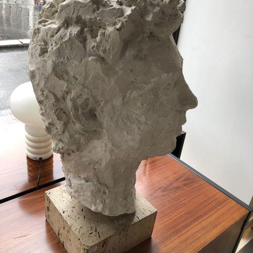 Ecole du XXème siècle Tête d'homme.  Modèle en plâtre.  Socle carré en travertin…