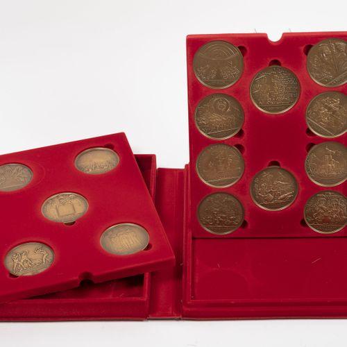 Lot comprenant : 巴黎的货币:ASTERIX和博爱  12枚10欧元的银币(千分之三十三)。  总重量:约204克。   巴黎之家:法国大革命两…