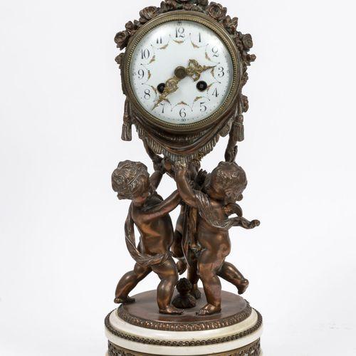 FRANCE, début du XXème siècle 一个带有铜锈的青铜钟,由三个孩子支撑着机芯形成。  白色珐琅表盘上有黑色的阿拉伯数字小时和刻钟,圆点…