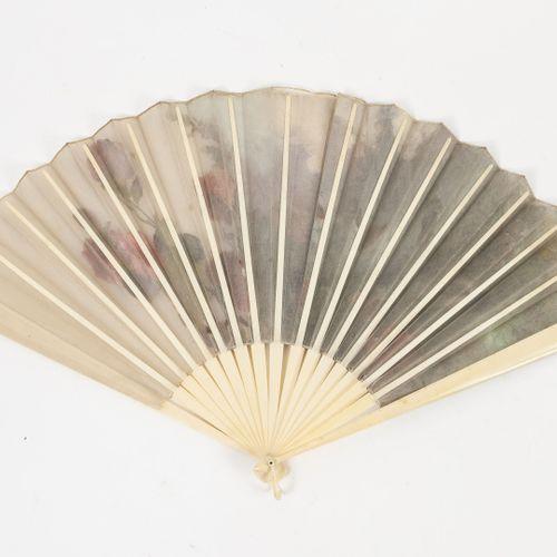 FRANCE, vers 1880 1900 Eventail plié.  Feuille en gaze peinte d'oiseaux à gorge …