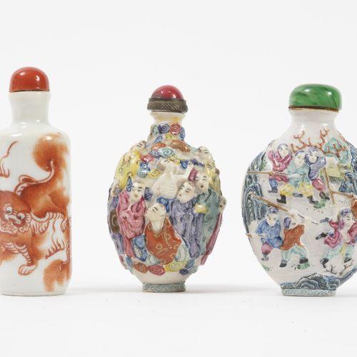 CHINE, XXème isècle Trois flacons tabatières en porcelaine blanche :   Un à déco…